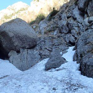 Valea seaca a Caraimanului prin hornuri, saritoarea a doua, cu bolovan