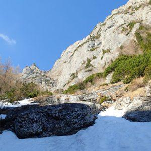 Valea seaca a Caraimanului prin hornuri, in Poiana Mare