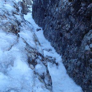 Valea seaca a Caraimanului prin hornuri, hornul ingust si inclinat spre stanga
