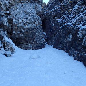 Valea seaca a Caraimanului prin hornuri, diedrul vertical