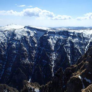 Valea seaca a Caraimanului prin hornuri, peretele nordic de pe Valea Jepilor mici