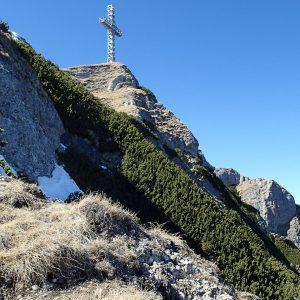 Valea seaca a Caraimanului prin hornuri, crucea eroilor din alt unghi