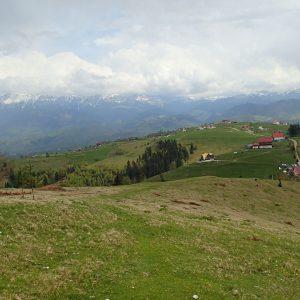 Weekend prin Zarnesti, Magura si Pestera - satul Pestera si Bucegii pe fundal