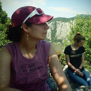 Cazanele Dunarii - Eliza si Andra la umbra pe stanci