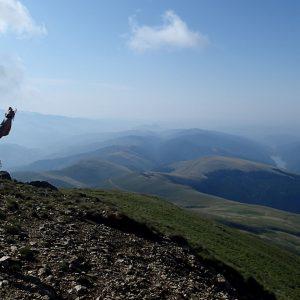 Creasta Iezer – Papusa in alergare, Bogdan cu lacul de acumulare pe fundal