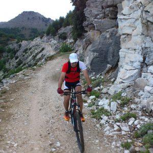 MTB si curisera in Thasos, portiune de drum bun la coborarea spre Kinira