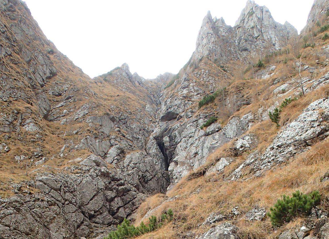 Valea seaca a Caraimanului, de vara, prin hornuri - intrarea pe hornuri