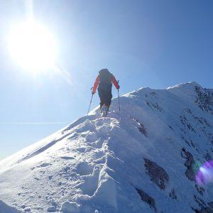 Creasta Pietrei Craiului de iarna, o zona cu zapada mai mare pe sudica