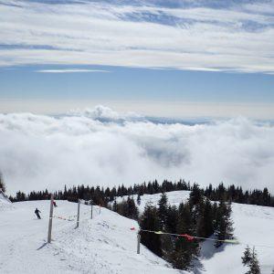 Alergare pe zapada la Sinaia, deaspura plafonului de nori