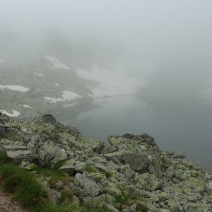 Alergare pe Musala, lac glaciar la marginea potecii