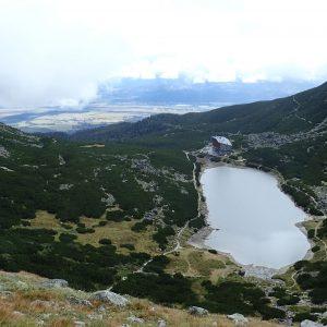 Alergare prin muntii Tatra, hotelul si lacul de langa el