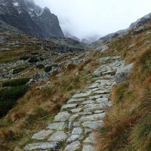 Alergare prin muntii Tatra, poteca pietruita in a doua caldare glaciara