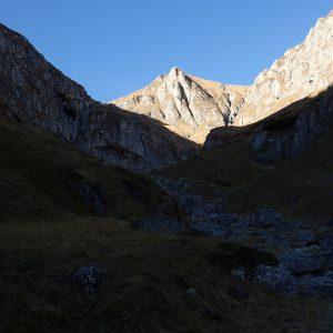 Pe Valea Morarului in alergare, caldarea glaciara la captul careia trebuie facut stanga