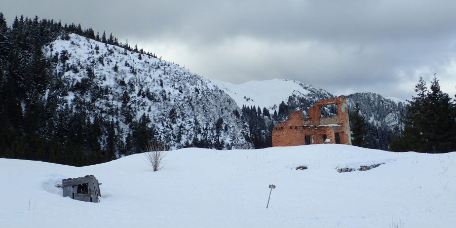 Alergare de iarnă în Piatra Mare, resturile vechii cabane