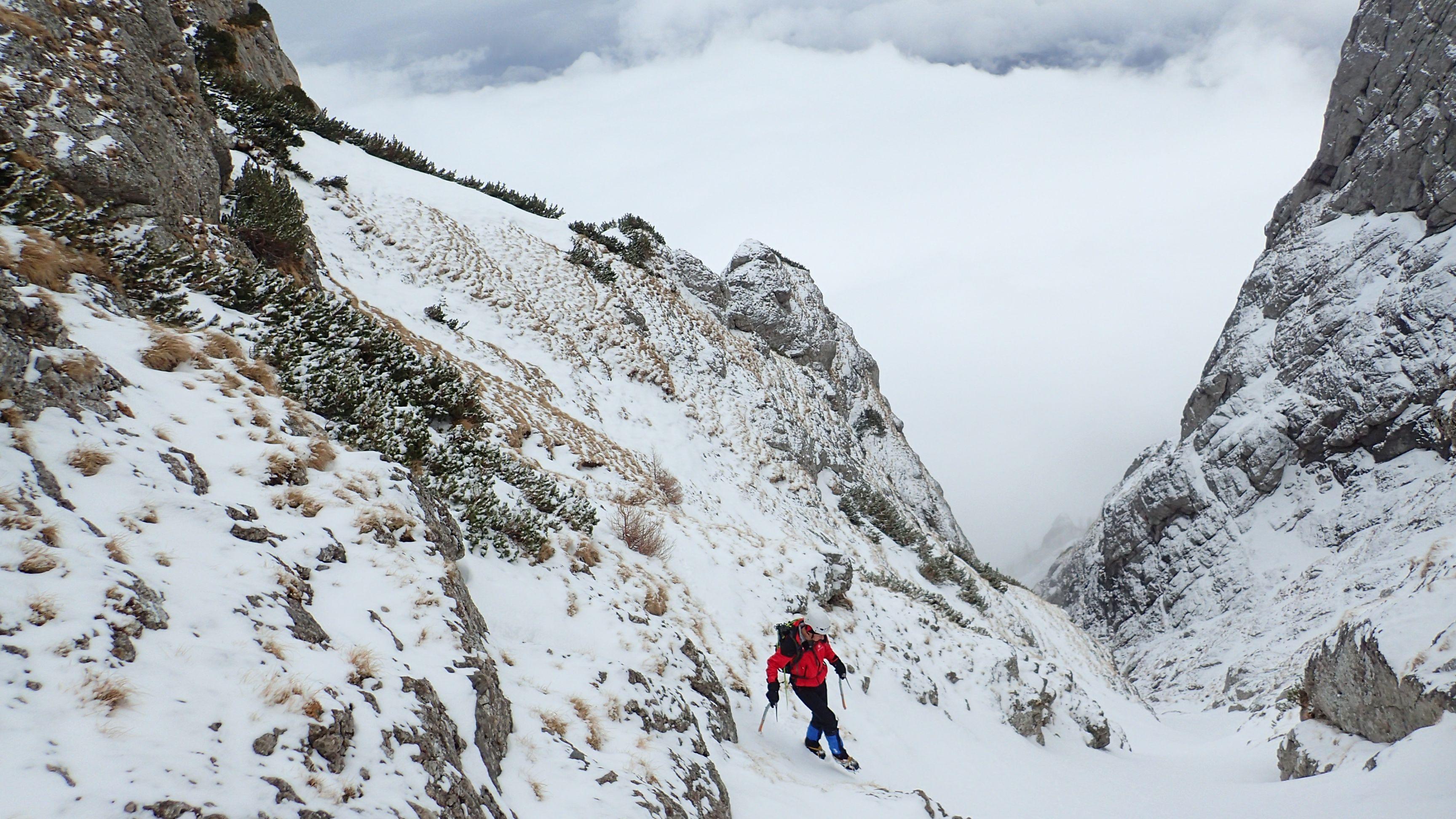 Valea Colţilor de iarnă, traversarea in valea Galbinele