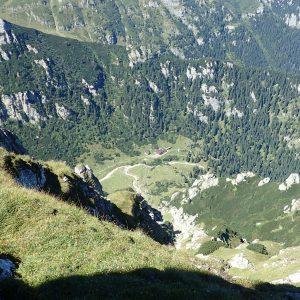 Alergare aeriană prin Bucegi, jos de tot e cabana Malaesti