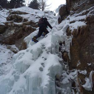 Escaladă pe gheaţă la Vânturiş, partea de sus pe cascada mica