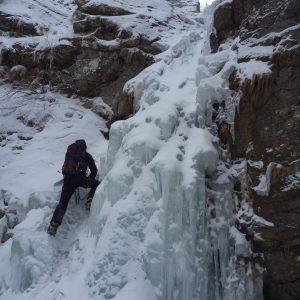 Escaladă pe gheaţă la Vânturiş, la intrarea pe cascada mica
