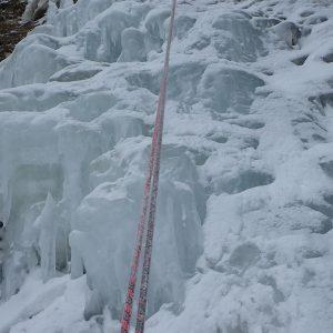 Escaladă pe gheaţă la Vânturiş, un segment din cascada mare