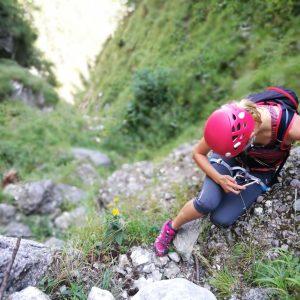 Cataratura pe Valea Comorilor, Ioana pozand niste flori de colt