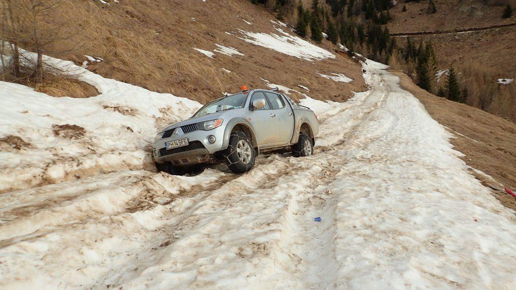 Masina blocata pe la 1600m, pe drumul de vara spre Cota 2000