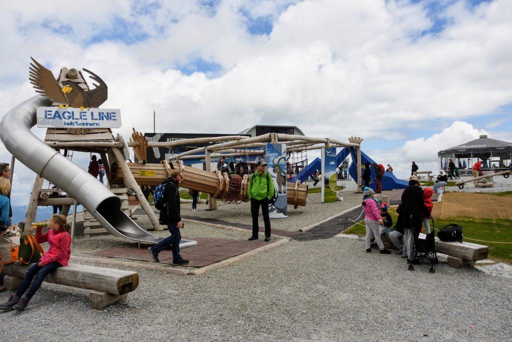 Chiar si un loc de joaca pentru copii la 2450m