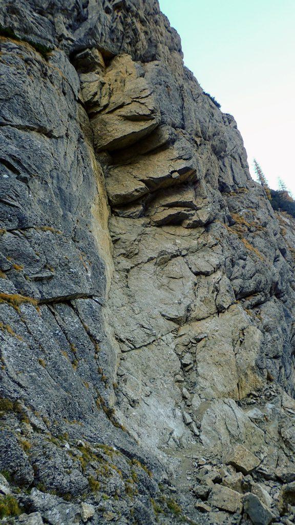 O dizlocare masiva de stanca, inalta de vreo 20m, din peretele din stanga, cum se coboara