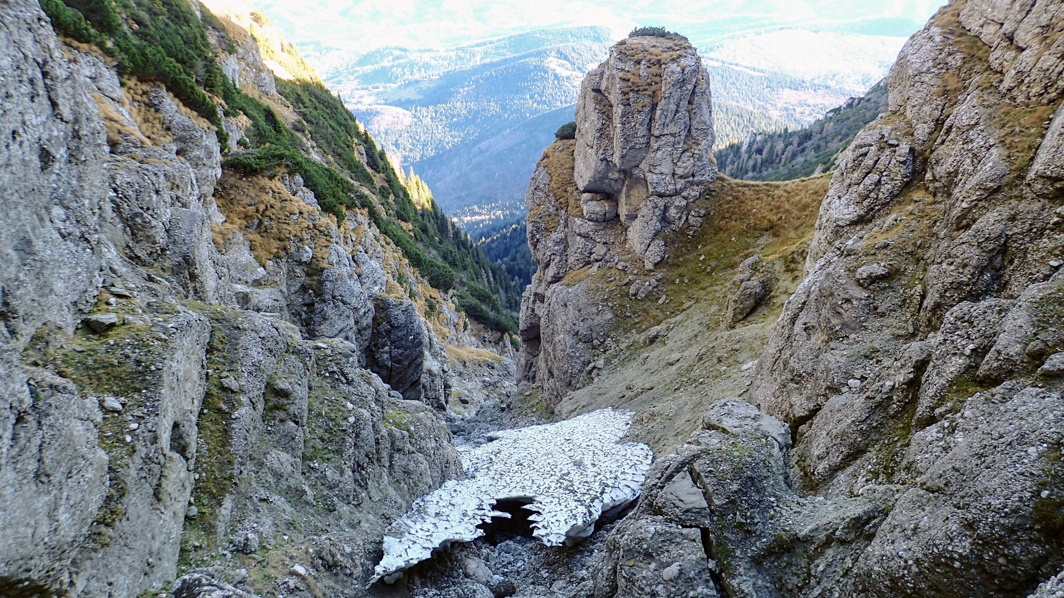 Coaja de gheata si turnul cu jnepeni vazute de sus