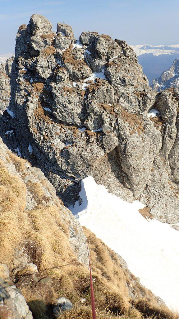 Urcarea pe Acul de Sus. Vederea este spre strunga Acului Crucii si a Acului Crucii