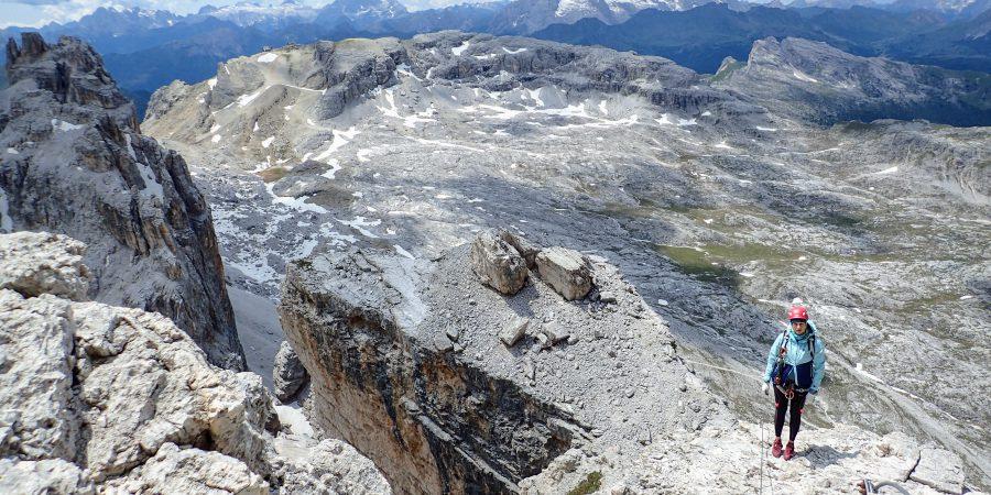 Vedere panoramica, cu statia de cabina Laguzoi pe fundal indepartat, pe segmentul al doilea al traseului