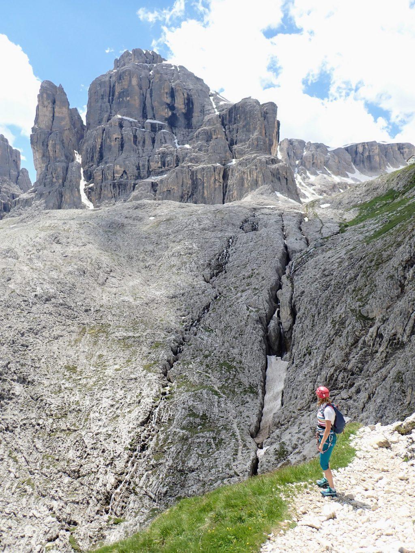 Ioana contempland vf. Cima Pisciadu (2985m) la iesirea din traseu