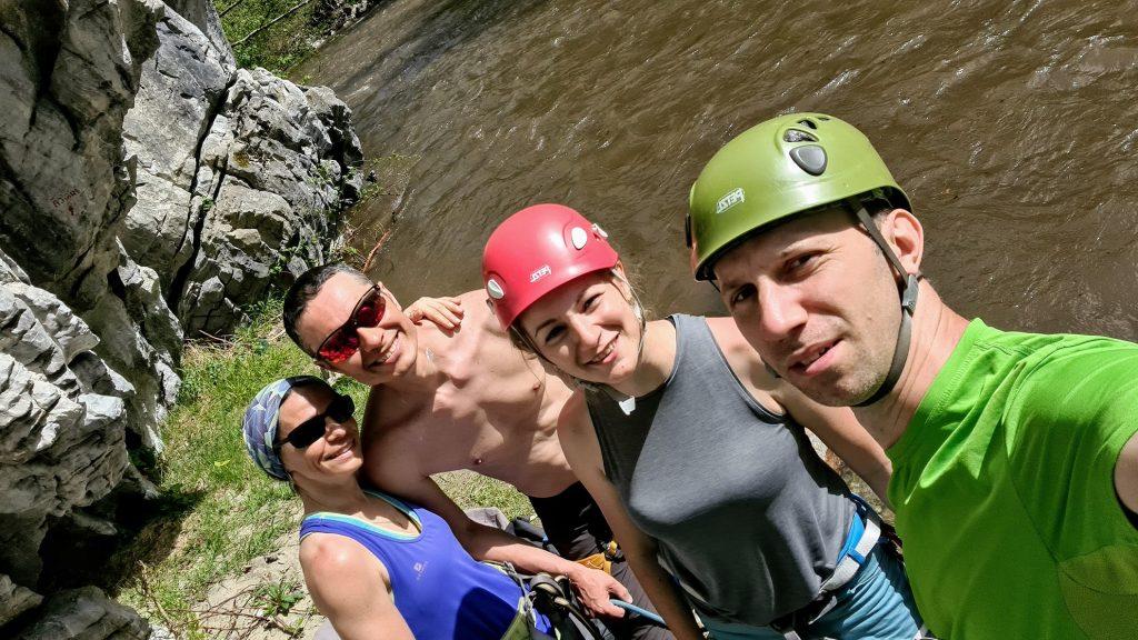 Selfie de grup la baza raului