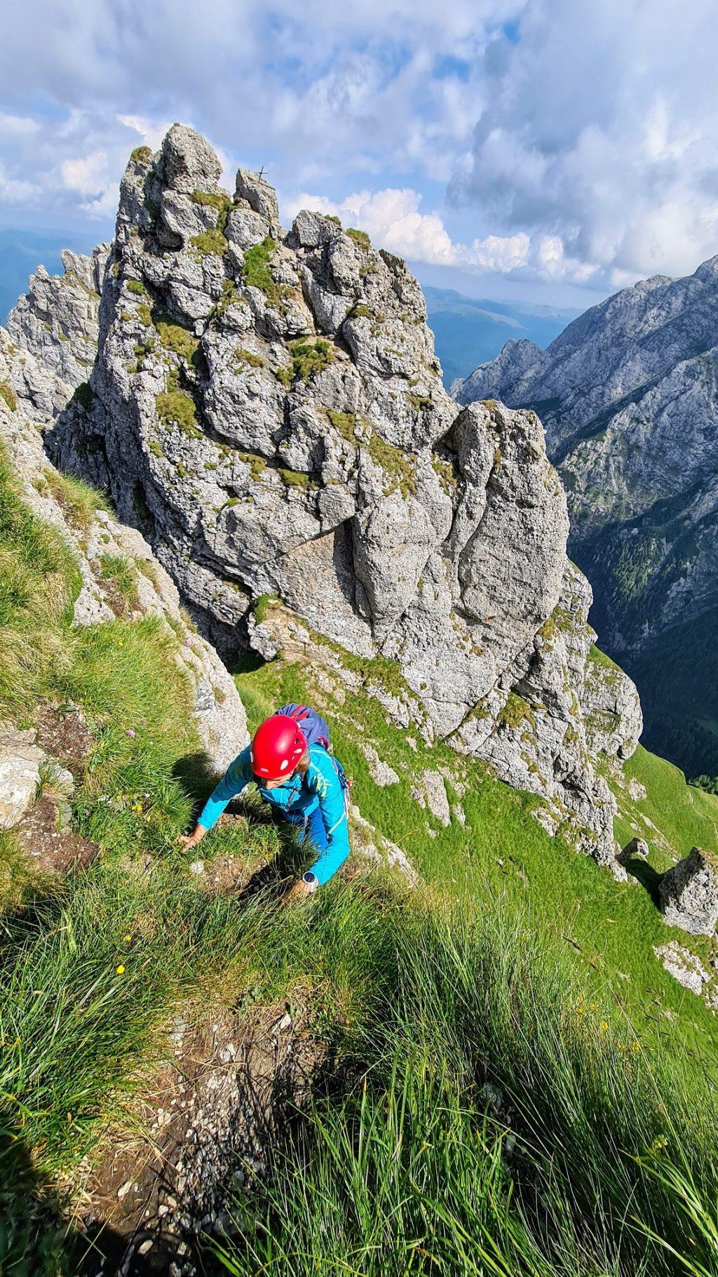 Ioana la luptă cu iarba spre Acul de Sus